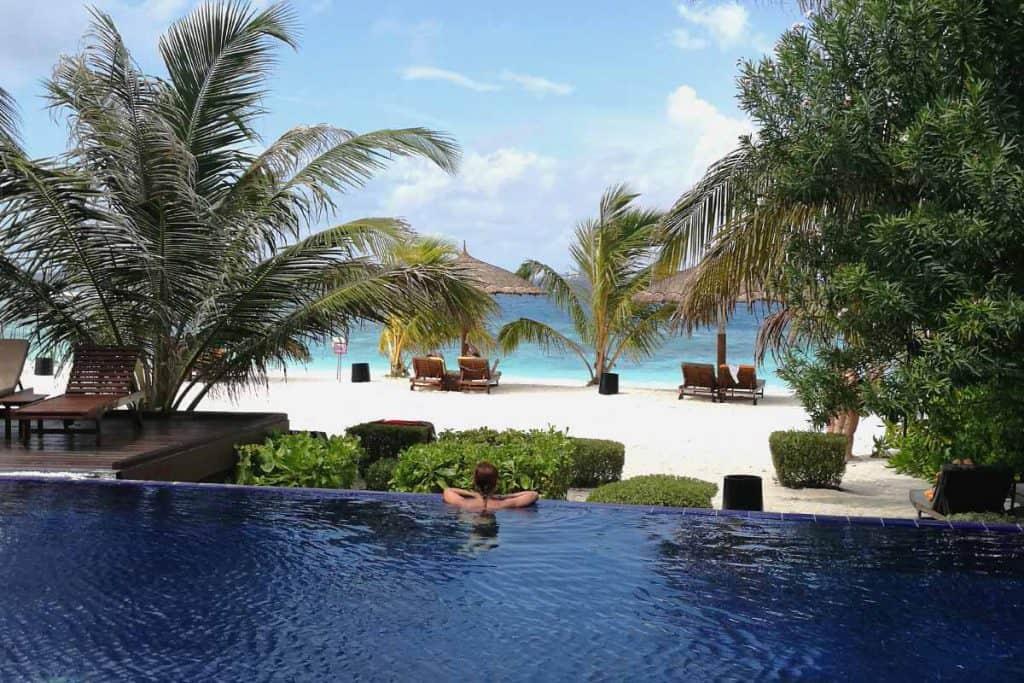 Viajar a Maldivas todo incluido: resort con piscina