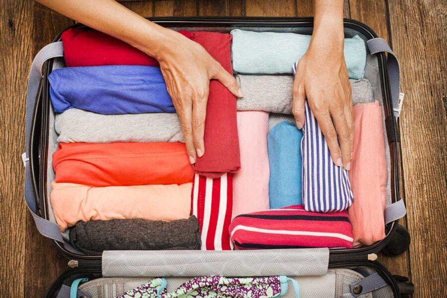 Doblar las prendas para que quepan más en la maleta