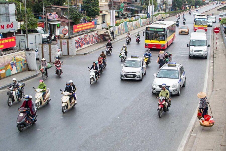 Al cruzar la carretera en Hanoi hay que ir despacito