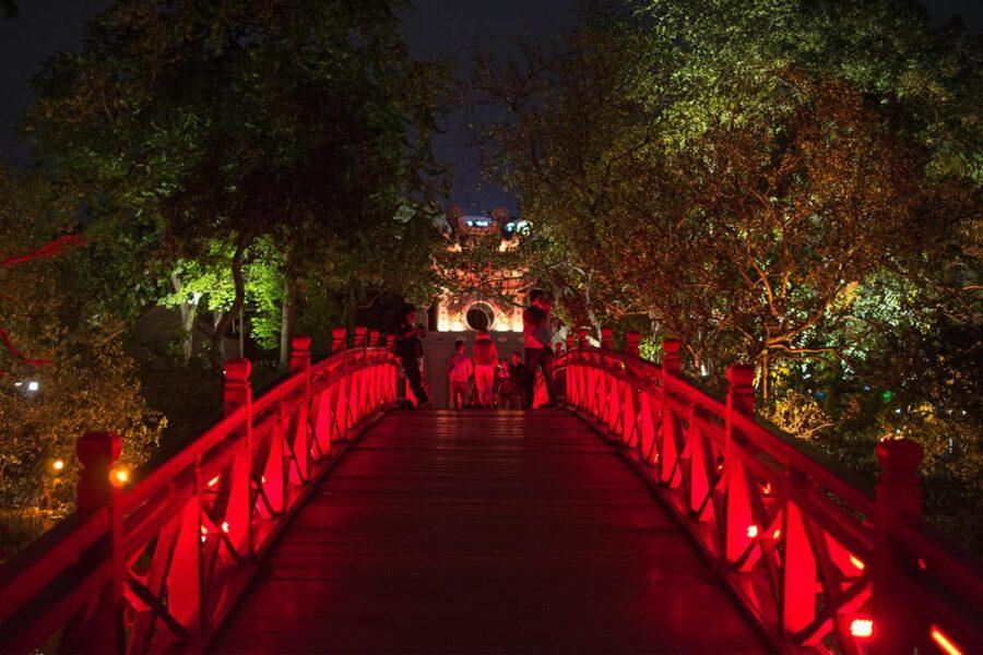 Visita el templo de la montaña de Jade en Hanoi