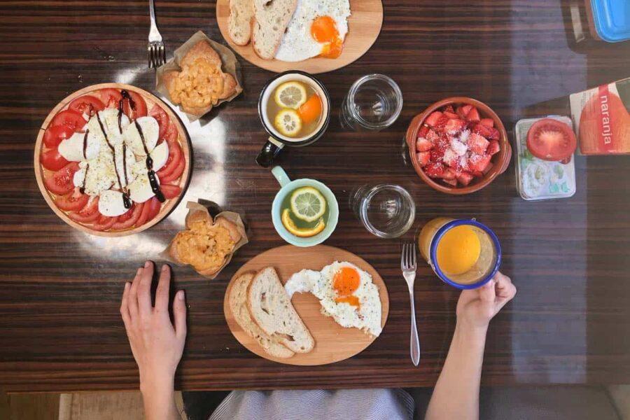 Para ahorrar dinero mientras viajas cocina tú misma