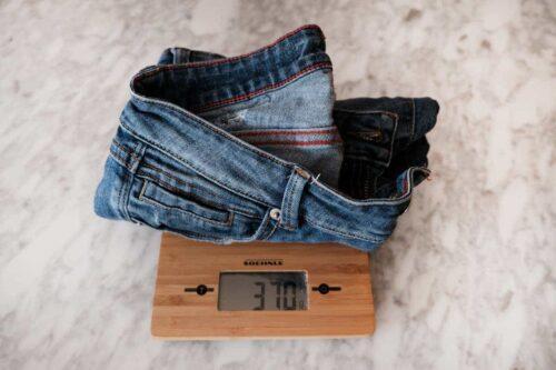 Para organizar la maleta perfecta pesa tus prendas