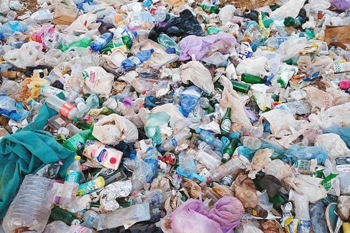 Playa llena de basura en temporada baja