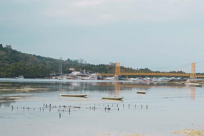 Cruza el puente amarillo en Nusa cenigan