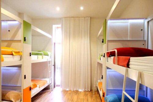 Dormitorios del hostal Urban Hostel en Valencia, España.