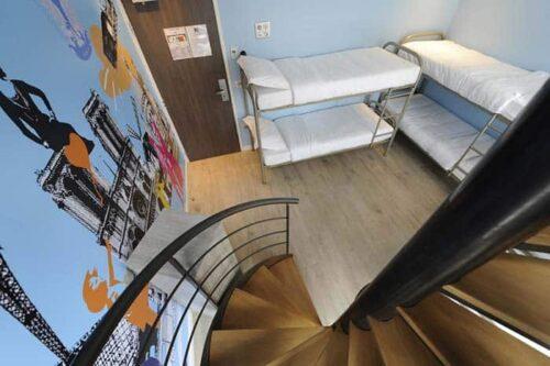 Dormitorios del hostal 3 Ducks Hostel en Paris, Francia.