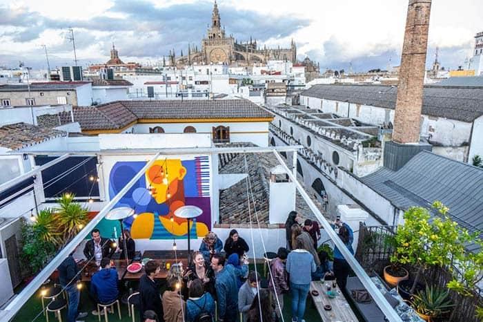 Ambiente divertido en la terraza de La banda rooftop, Sevilla