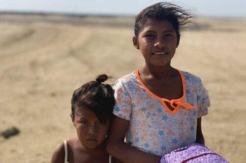Chicas Wayuu, en el desierto de La Guajira