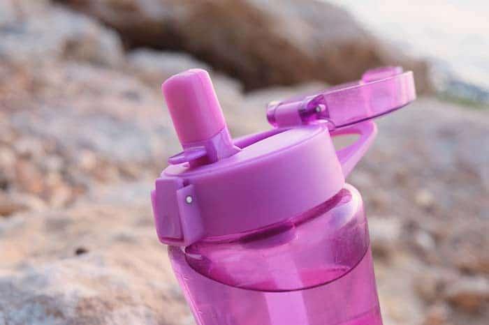 Utiliza purificadores de agua y botellas reutilizables
